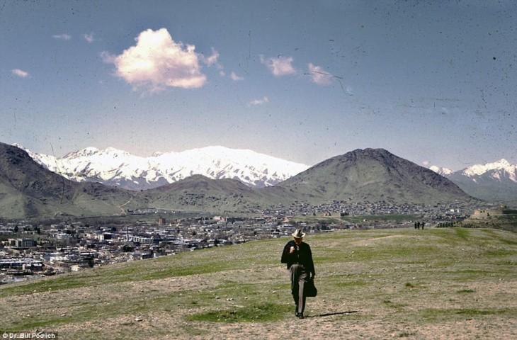 hombre caminando en los campos de Afganistán, 1960