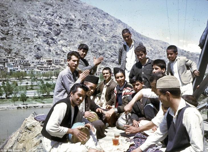 Afganos reunidos al aire libre en 1960