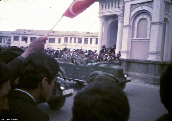 hombres mirando un desfile de soldados en Afganistán, 1960