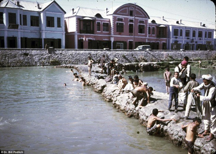 Personas en un río de Afganistán en el año de 1960
