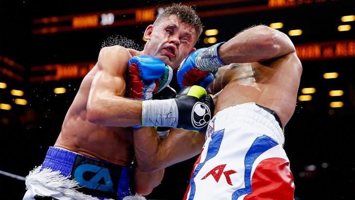 imagen tomada en el momento en que un boxeador golpea a otro durante una pelea