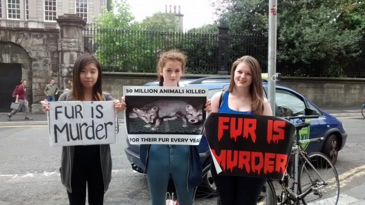 chicas en Canadá con carteles en contra de la que piel de animales