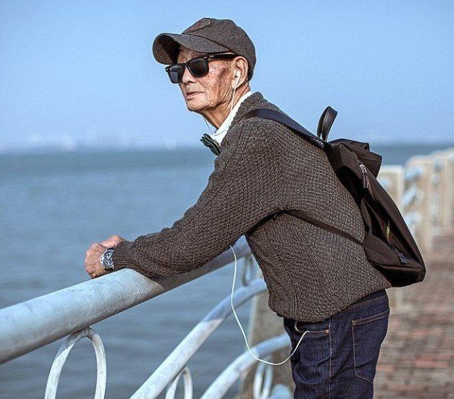 Anciano chino de 85 años recargado en un muelle de Xiamen