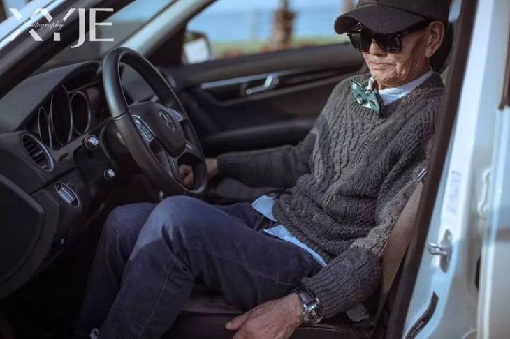 Ding Guoliang bajándose de un coche durante una sesión de fotos
