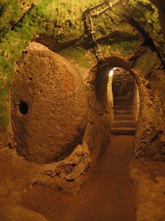 uno de los pasillos al interior de la ciudad subterránea Derinkuyu, Turquía