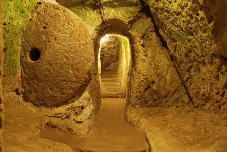 escaleras y túneles dentro de la ciudad subterránea en una provincia de Turquía