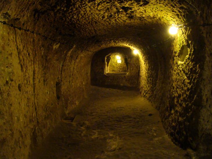 recorrido por un túnel dentro de la ciudad subterránea Derinkuyu
