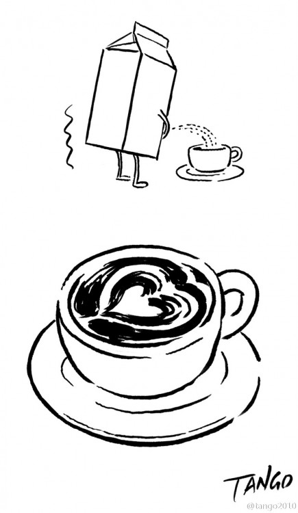 Cartón de leche arrojando un chorro a una taza de café