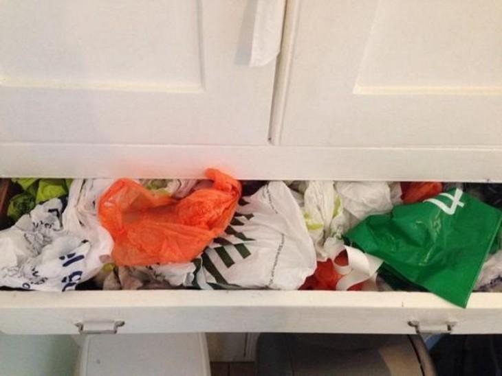 cajón de cocina lleno con bolsas de plástico