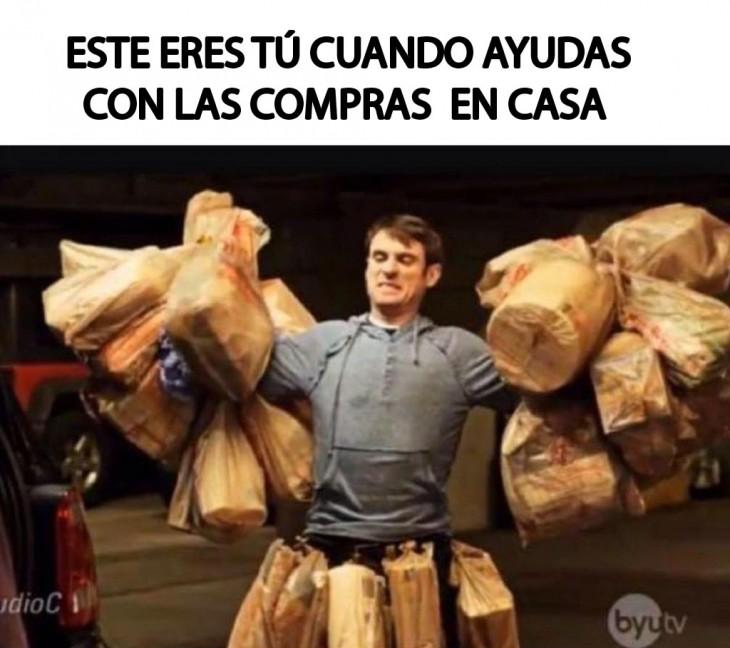 meme de un chico que va cargando muchas bolsas con las compras del super