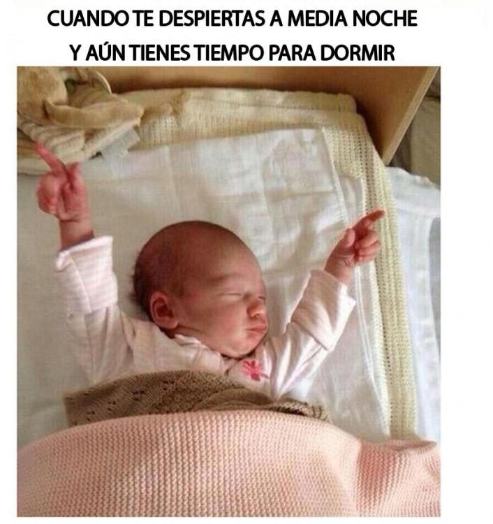 meme de un bebé levantando las manos porque aún tiene tiempo para dormir