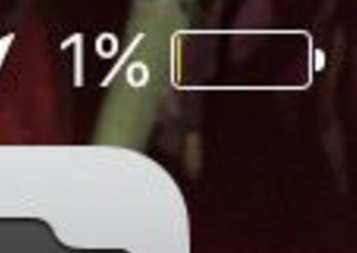 imagen muestra la carga del 1% de batería del celular