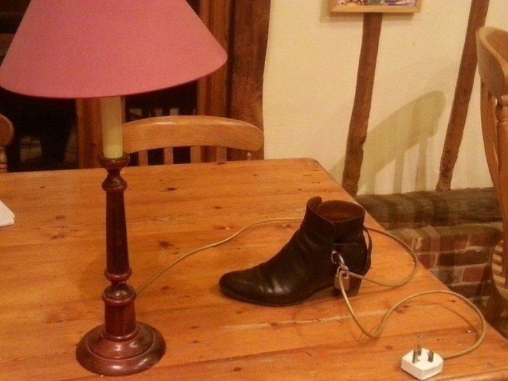 lampara a lado de un zapato sobre una mesa