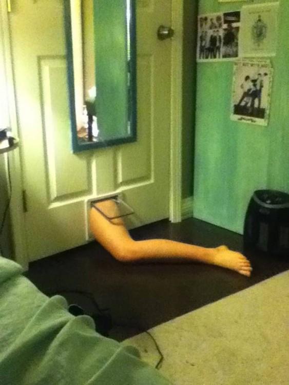 pie de una persona intentando entrar por un pequeño hueco