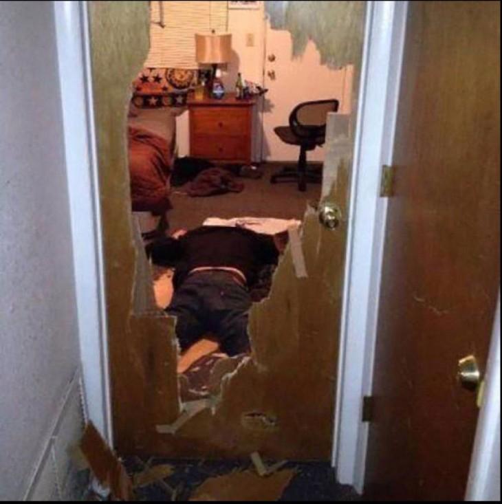hombre tirado en el piso después de atravesar una puerta