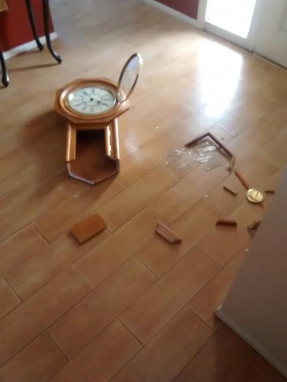 reloj roto en el suelo
