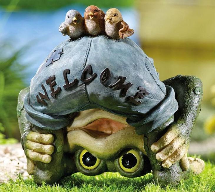 adorno de una rana dando la bienvenida en el jardín de una casa
