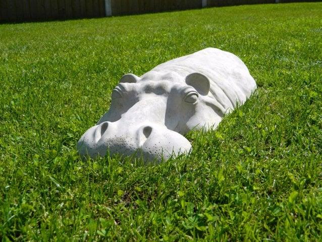 hipopótamo de adorno en un jardín