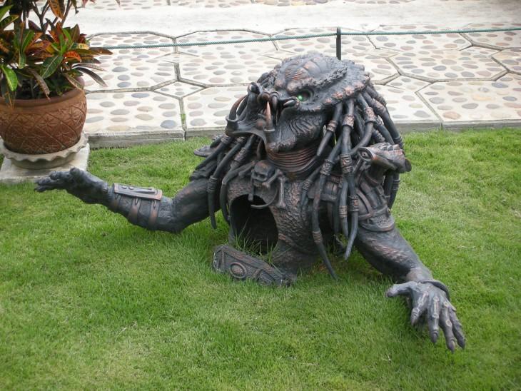 Cabeza del depredador como adorno en un jardín