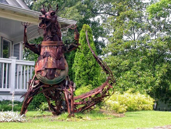 dragón gigante de metal en un jardín