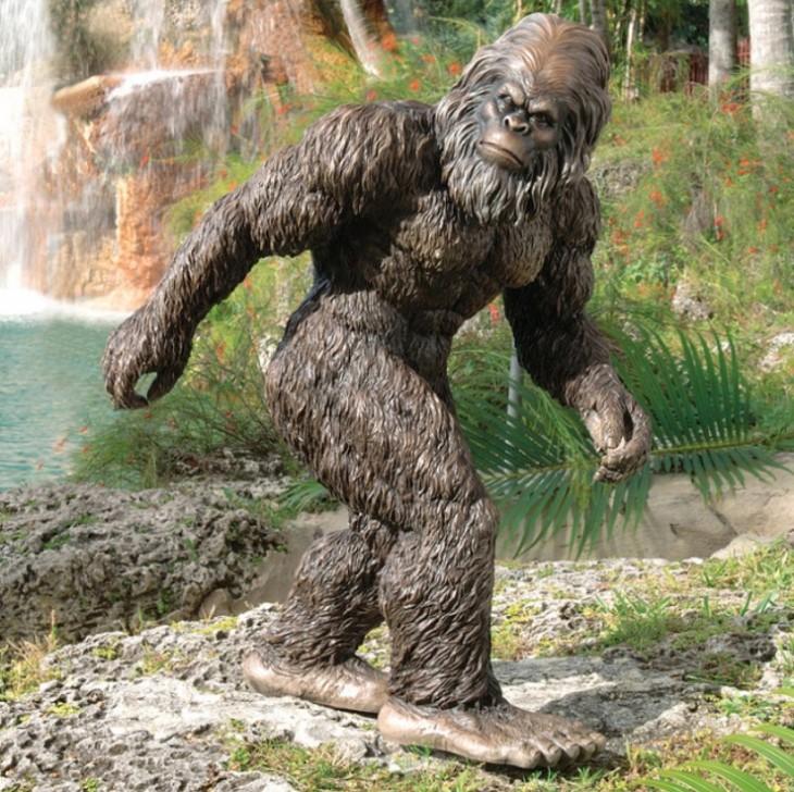gorila pie grande como adorno en un jardín