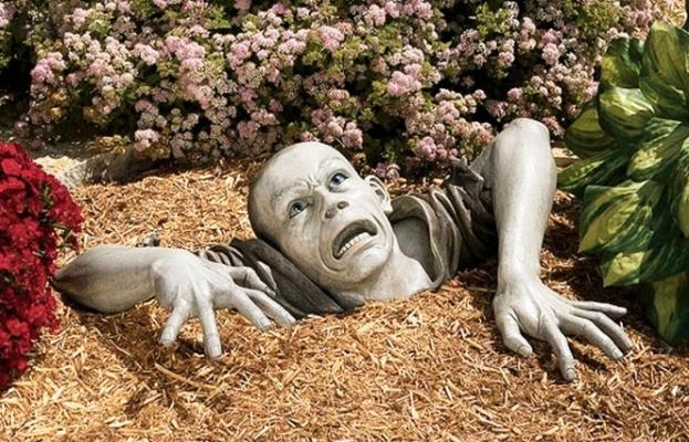 adorno en el jardín de un zombie saliendo de la tierra