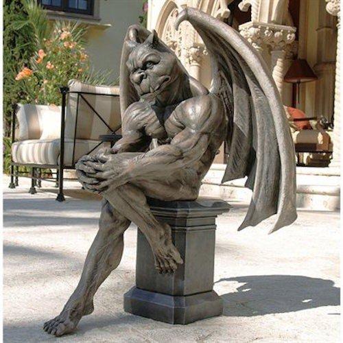 estatua de una gárgola posando en el patio de una casa