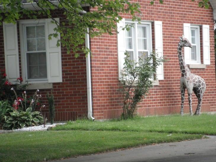 jirafa de adorno en un jardín