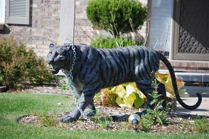 estatua de un tigre como adorno en un jardín