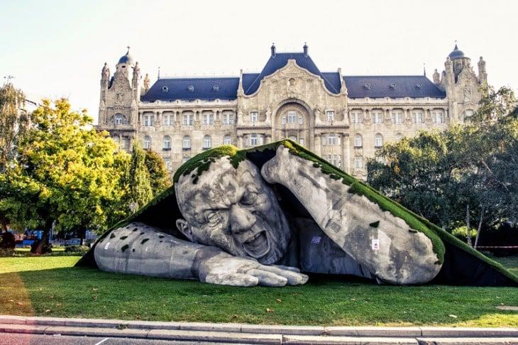 una estatua gigante adornando un jardín
