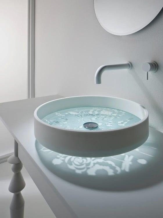 lavabo de baño moderno de cristal con un diseño floral