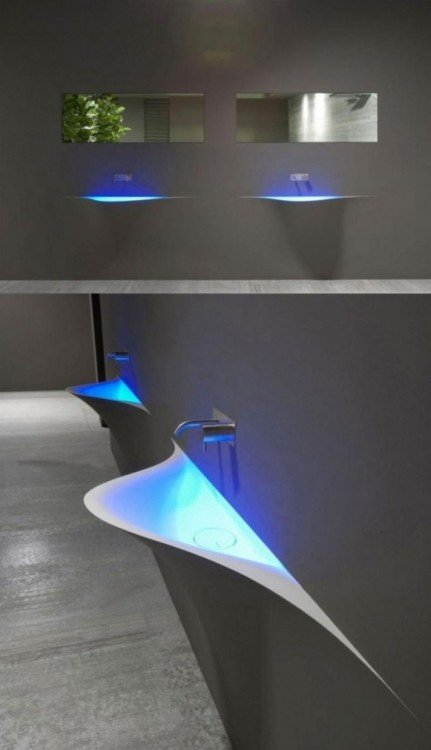 lavabo elegante moderno con iluminación en color azul