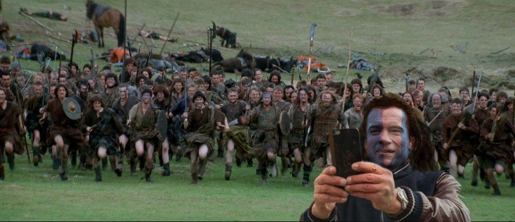 Selfie de arnold schwazenegger con muchos hombres detrás de él