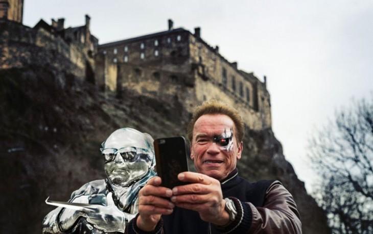 Selfie de Arnold Schwazenegger con un robot a un costado