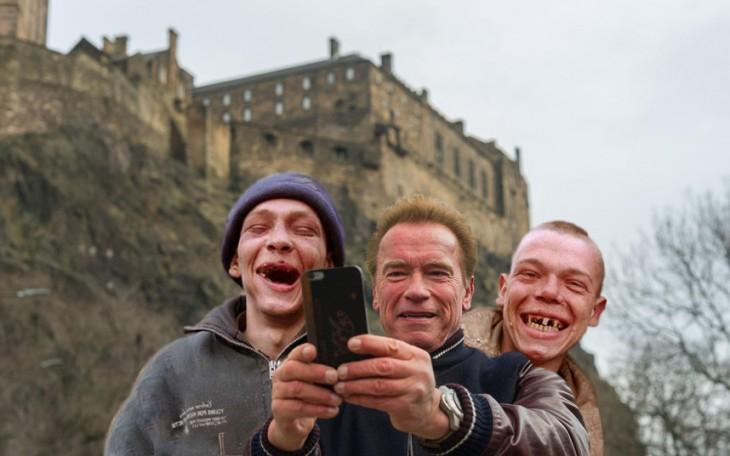 photoshop con la selfie de Arnold y dos chicos riéndose a un lado