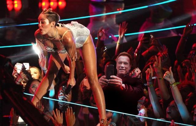 photoshop de la selfie de Arnold en un concierto de Miley Cyrrus