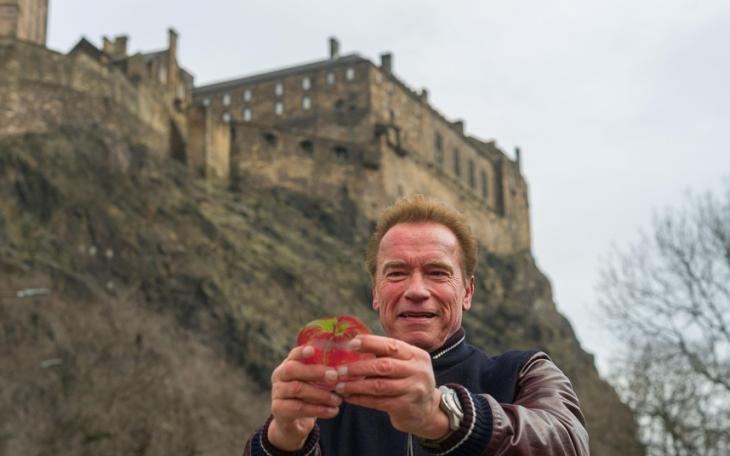 Selfie de Arnold Schwazenegger con una manzana en el Reino Unido