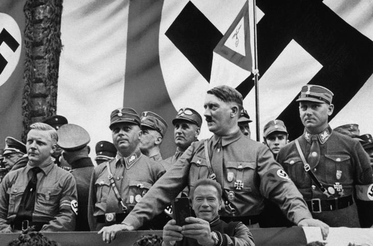 foto photoshopeada de Arnold con el fondo de Hitler y los nazis