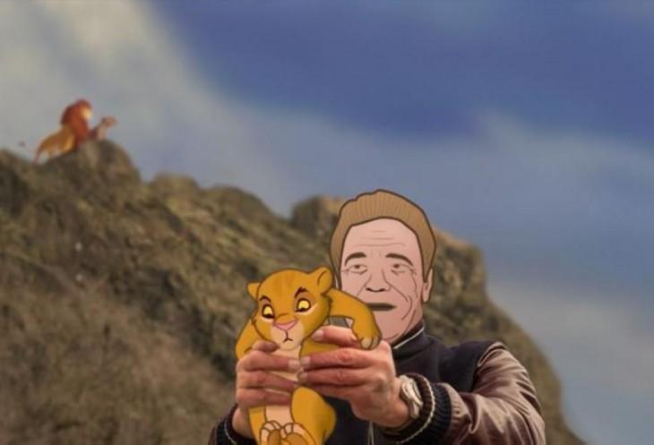 Photoshop de Arnold con simba en sus manos y de fondo la escena del rey león