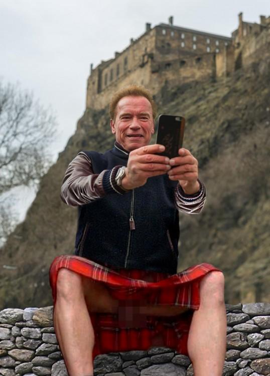 Selfie de Anold photoshopeada con una falda escocesa