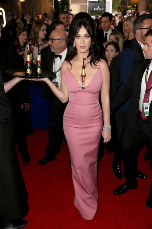 katy con varias botellas de champan
