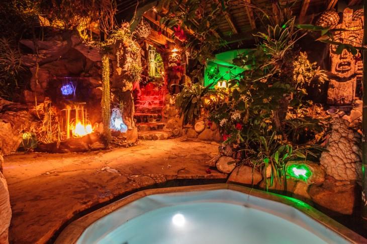 pozo jacuzzi en la Piratas del Caribe en Topanga Cayon, California