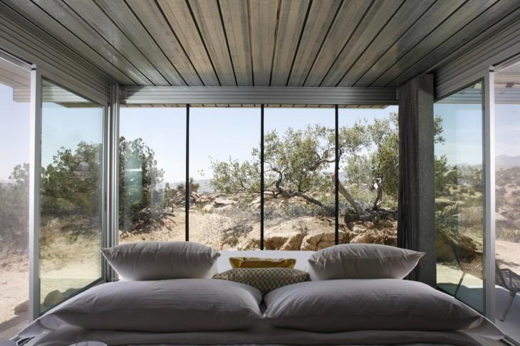 Interior de la casa en medio del desierto californiano Pioneertown