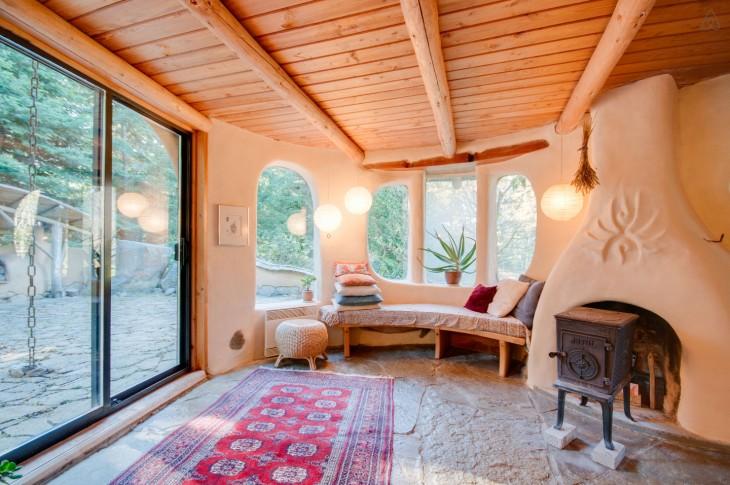 interior de una habitación de la Casa única en Mayne Island, Canadá