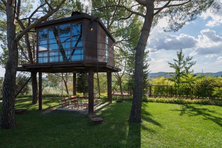 Casa en el árbol en el bosque Toscana, Italia