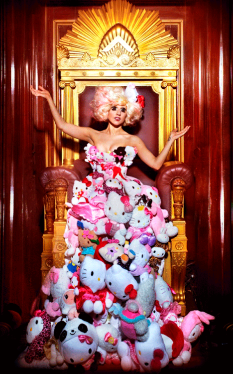 Lady gaga con un vestido decorado con peluches de hello kitty