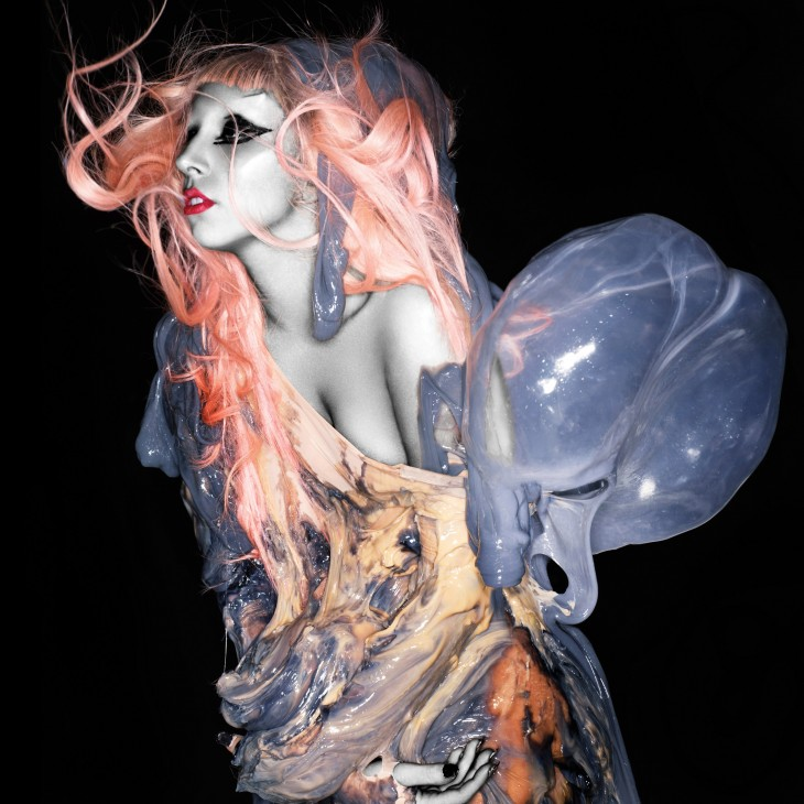 Lady Gaga vestida de placenta multicolor