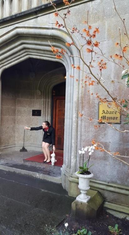 conserje de un hotel en Irlanda agarrando al conejo de peluche en la puerta
