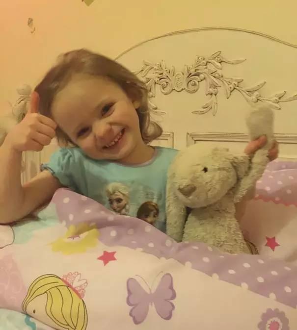 selfi de una pequeña niña con su conejo de peluche