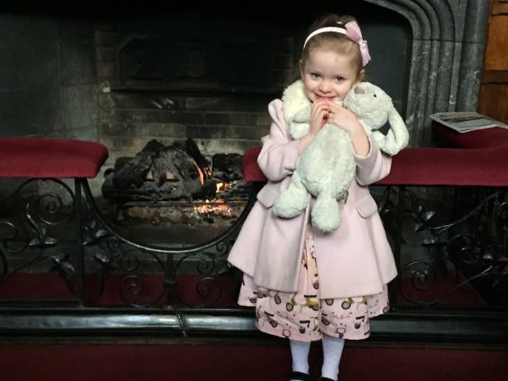 niña abrazando su conejo de felpa en el hotel Adare Manor en Irlanda